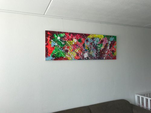 Abstract schilderij Happy van DionV in interieur